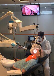 Perimplantitis - Tratamiento de periodoncia sobre implantes con microscopia y láser dental